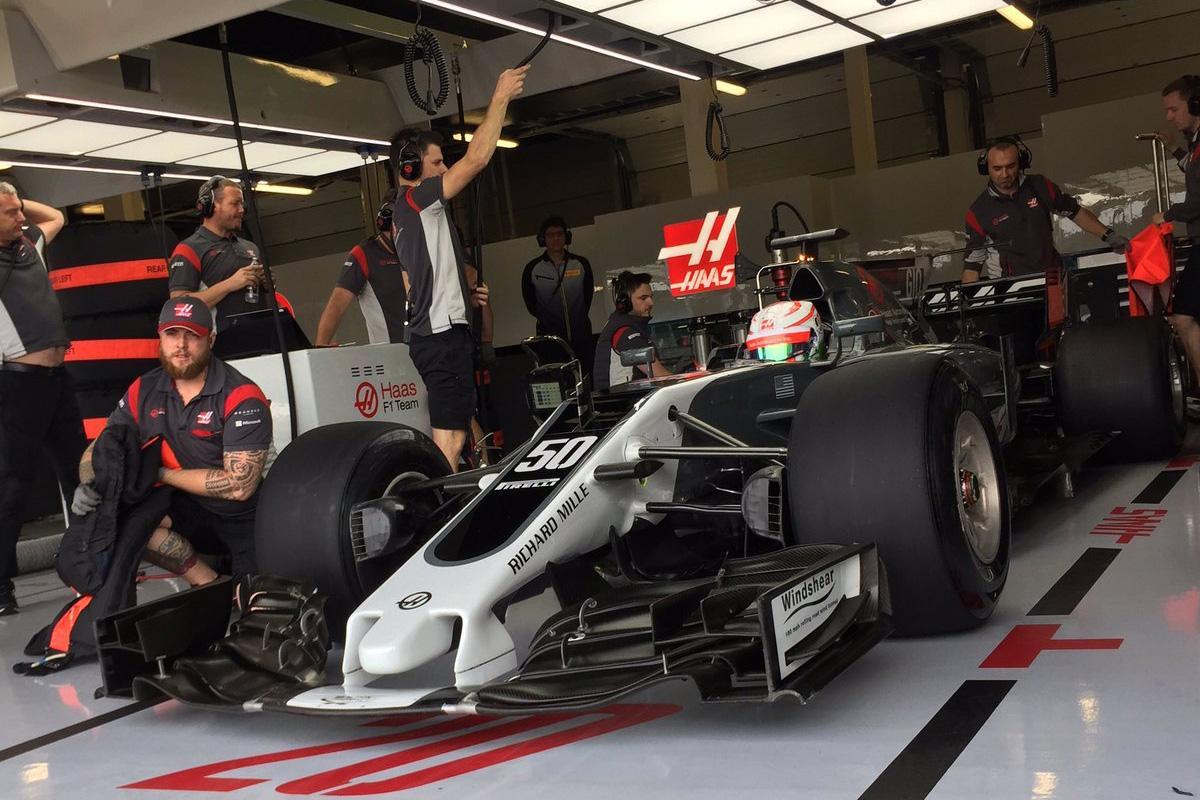 Williams и Haas тестируют новые шины Pirelli в Сильверстоуне