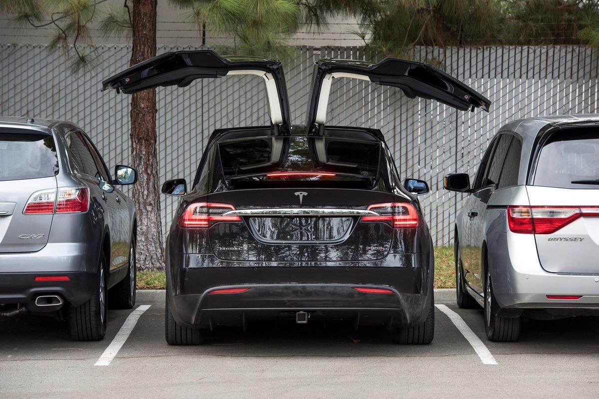 Первые владельцы Tesla Model X жалуются на качество