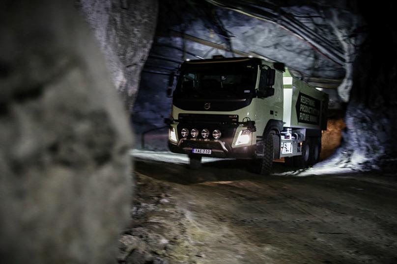 Топ-менеджер Volvo встал перед беспилотным грузовиком