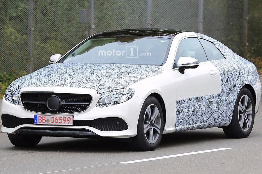 Mercedes E-Class Coupe стал добычей автопапарацци