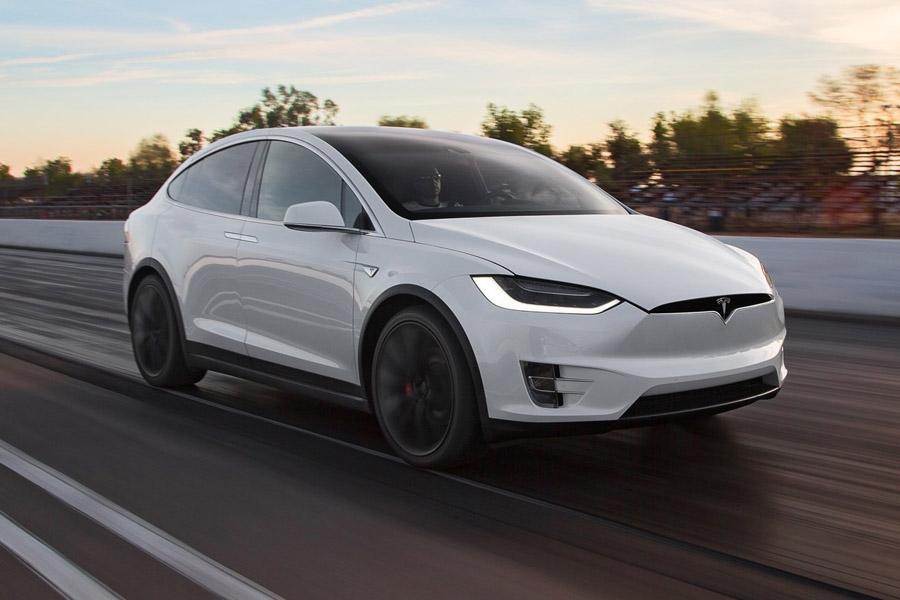 Tesla анонсировала полноценный автопилот