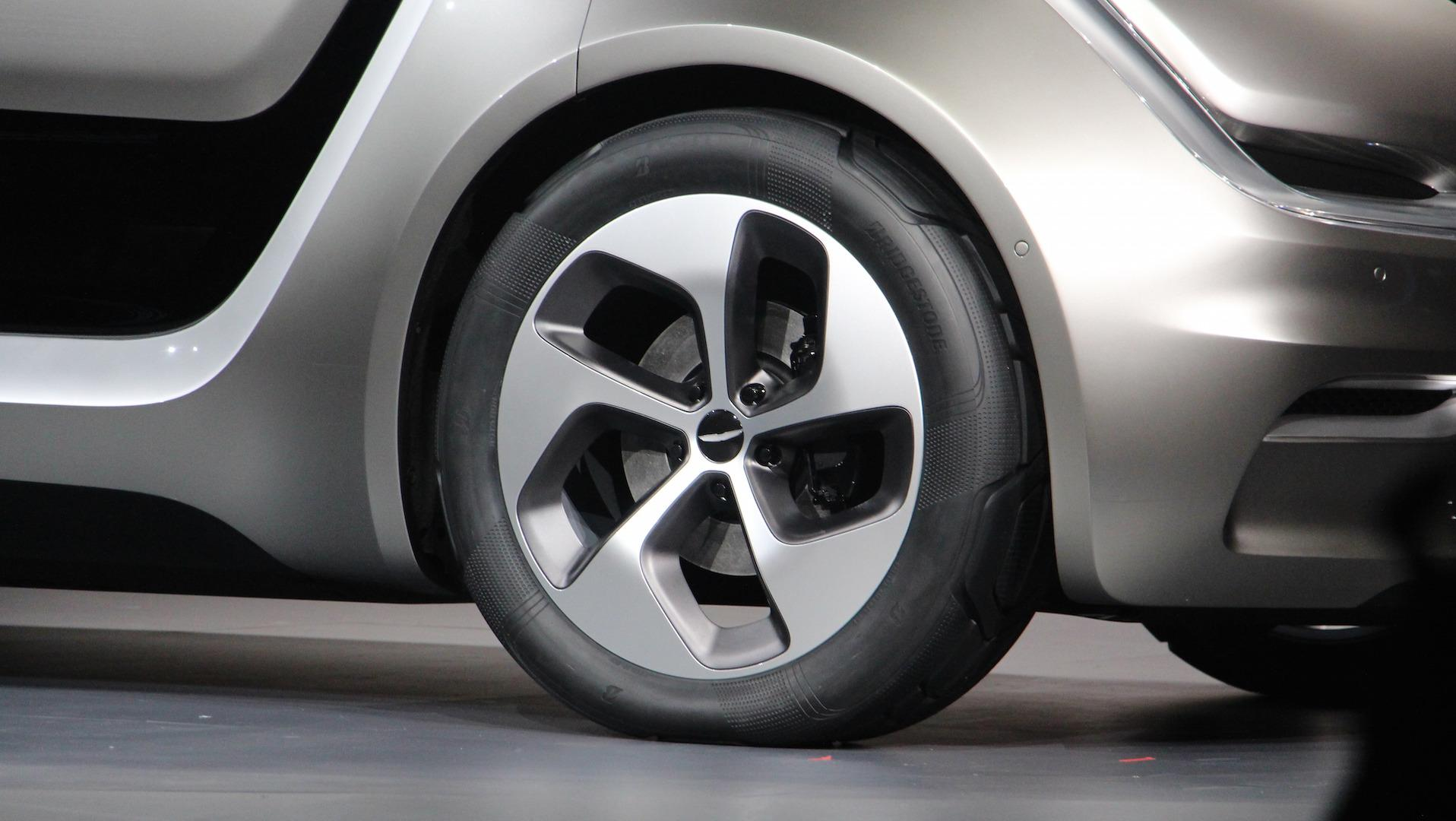 Bridgestone разработала концепт-шины с технологией CAIS для минивэна Chrysler PortalEV