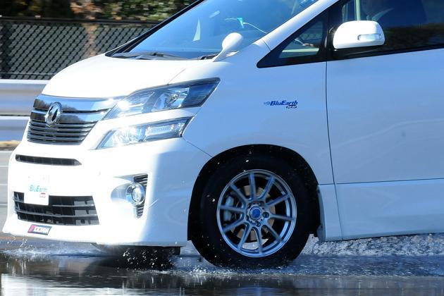 В линейке Yokohama BluEarth RV-02 появились типоразмеры с наивысшими оценками по мокрому сцеплению