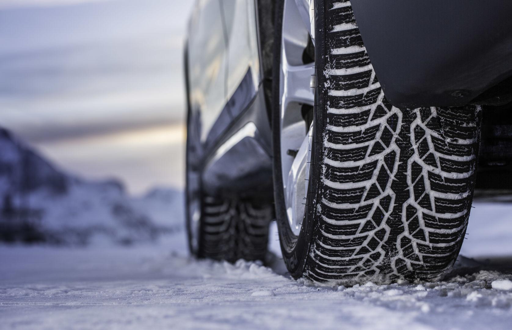 Новые кроссоверы BMW X1 обуют в зимние шины финского производства