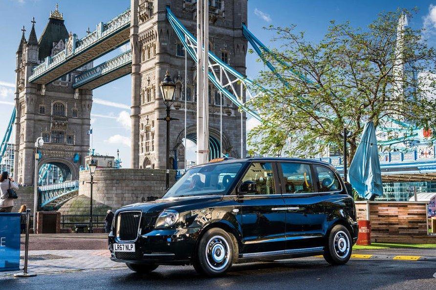 На улицы Лондона выехали новые такси
