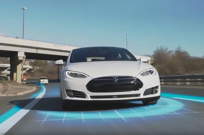 Водителя Tesla, доверившего машину автопилоту, лишили прав