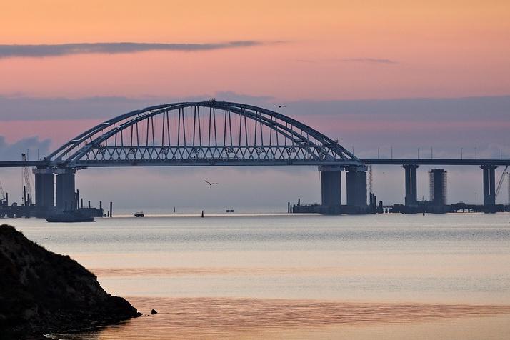 Поток машин по Крымскому мосту побил рекорд паромной переправы
