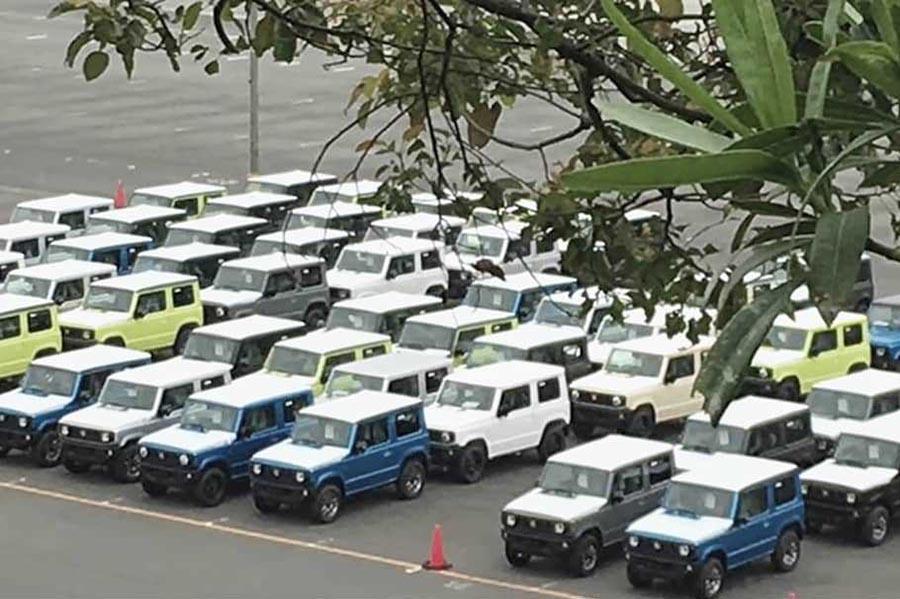 Десятки новых Suzuki Jimny засветились на стоянке