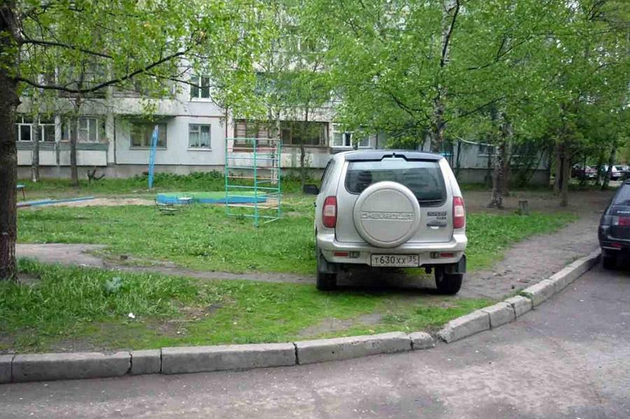 За парковку на газонах начнут штрафовать чаще
