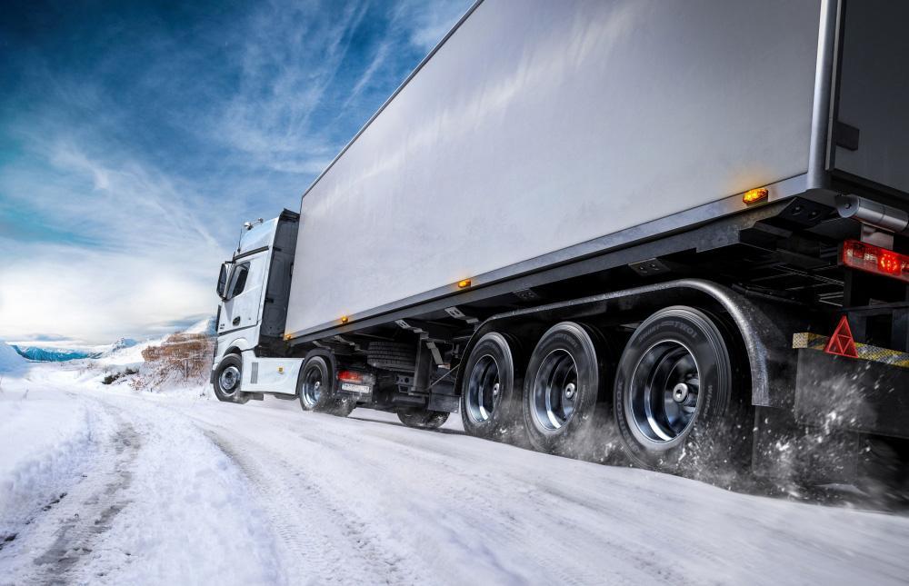 В ЕАЭС отменили требование по оснащению зимними шинами грузовиков и автобусов