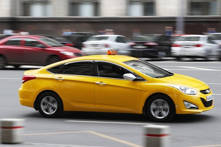 Стало известно, сколько поездок на такси совершается в Москве