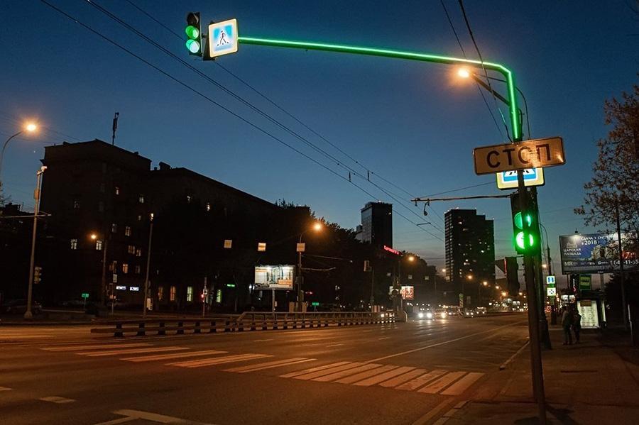 В столице стало больше светофоров с подсветкой опор