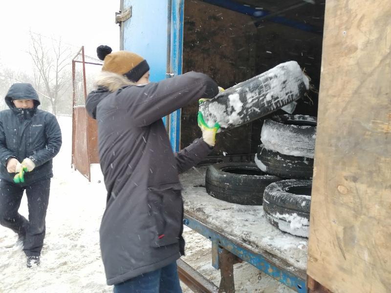 Рыбинский предприниматель безвозмездно убирает старые шины с улиц города