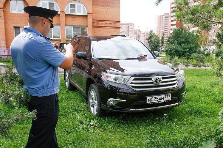 Московских водителей отучили парковаться на газонах