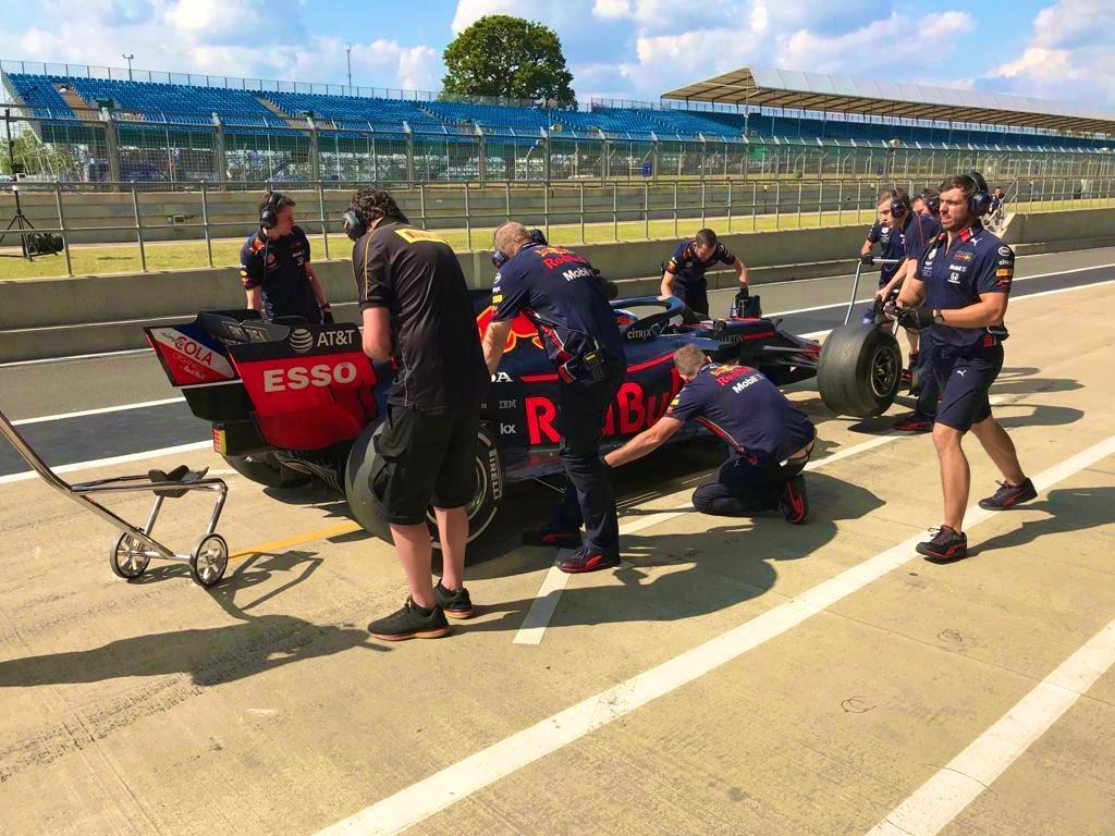 На тестах в Великобритании новые гоночные слики Pirelli проехали более 2 тысяч км
