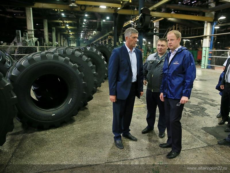 Алтайский губернатор побывал в гостях у барнаульских шинников