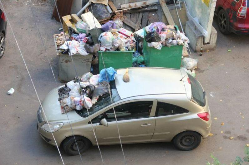 За парковку у мусорных баков предложили штрафовать