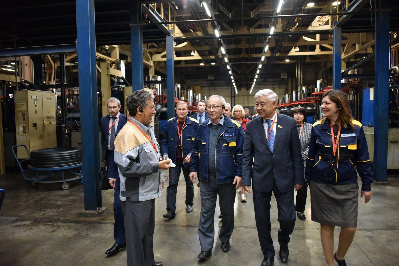 Глава парламента Татарстана встретился с рабочими Нижнекамского завода шин ЦМК