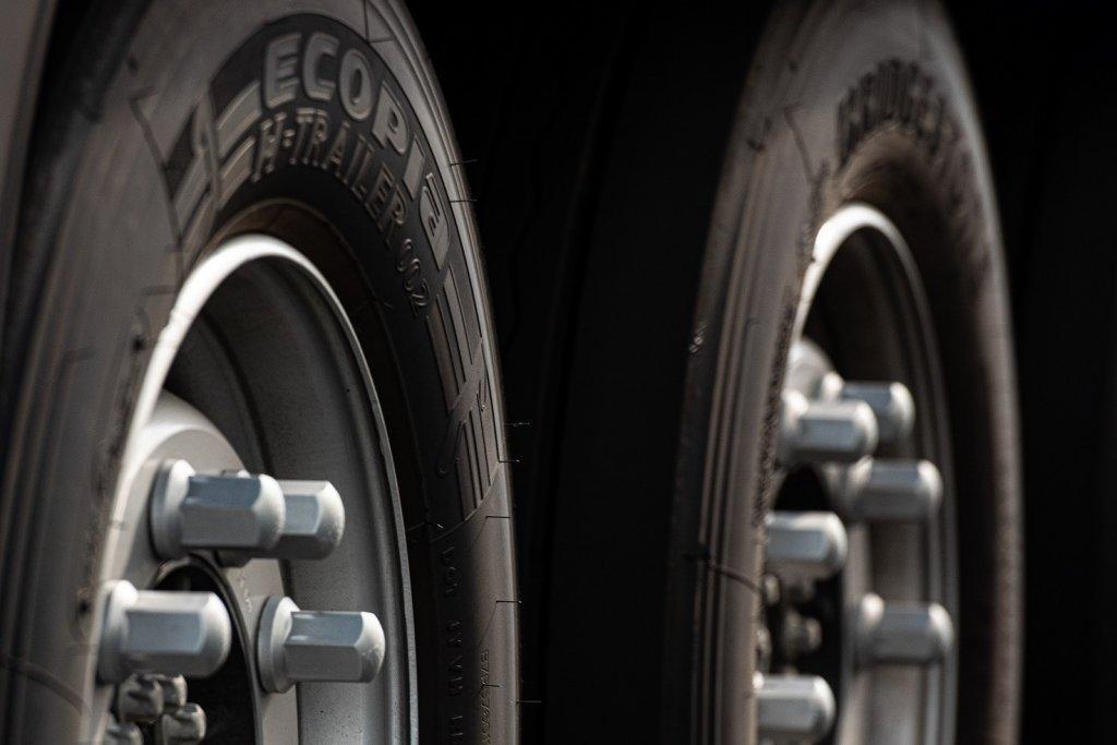 Первая тысяча грузовиков MAN TGX примерила оригинальные экошины Bridgestone Ecopia H002