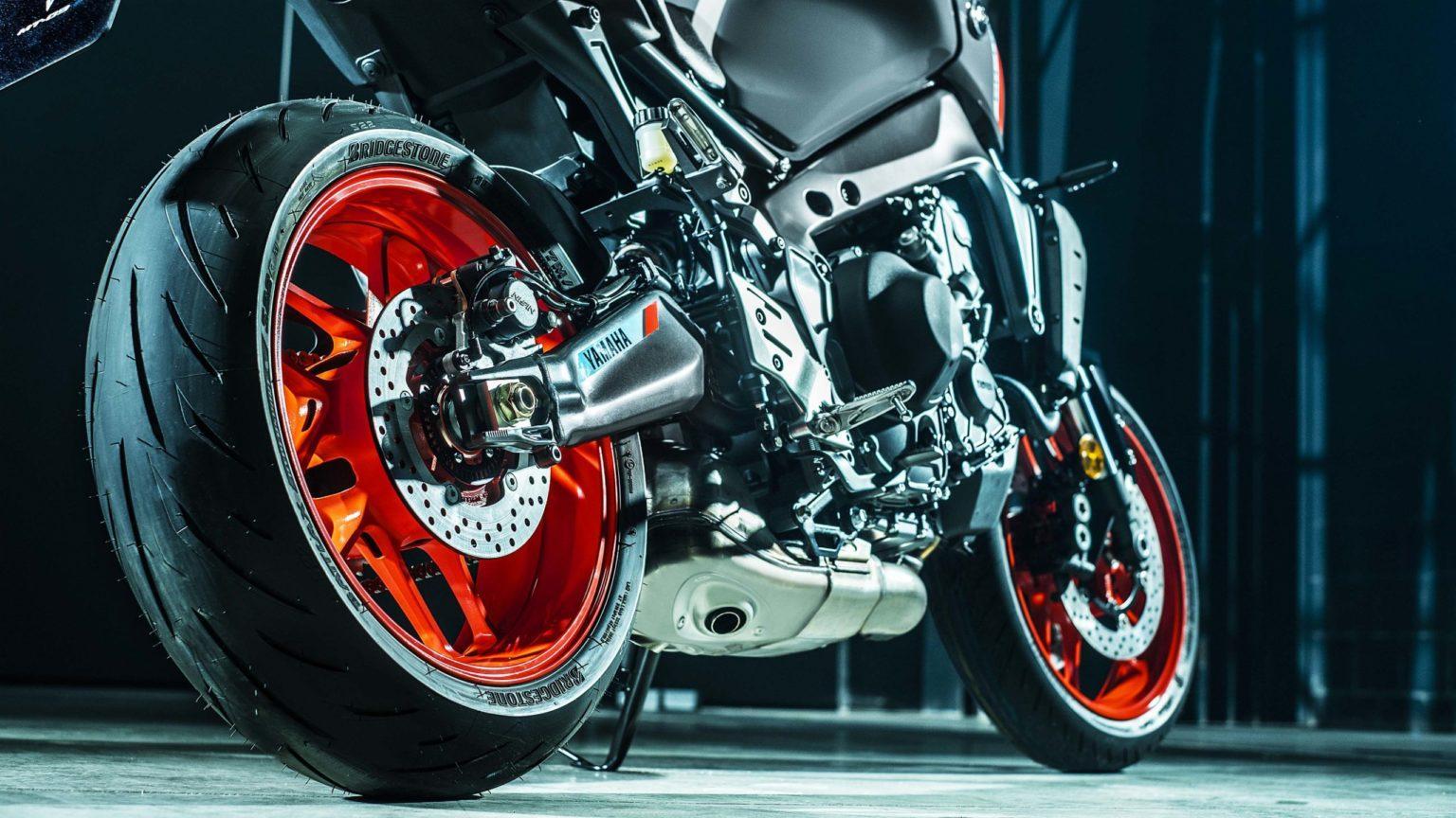 Для заводской комплектации новых мотоциклов Yamaha MT-09 выбраны шины Bridgestone