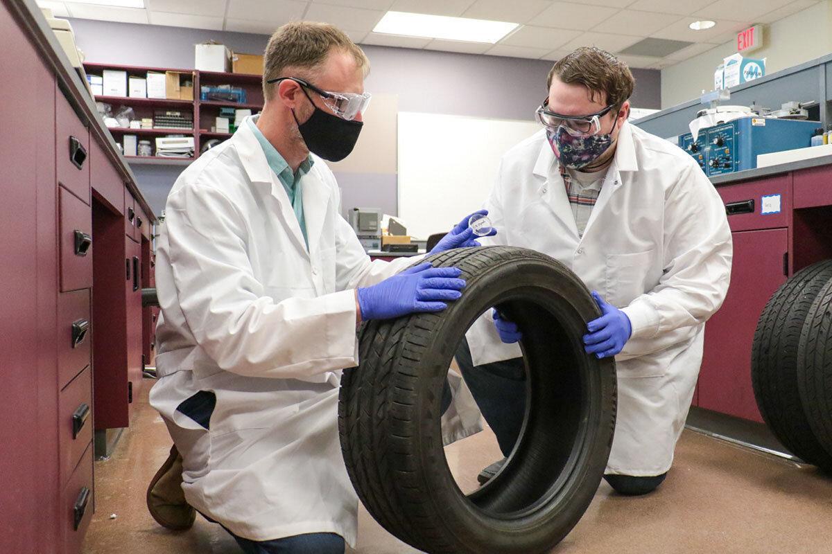 Американские ученые научились определять марки шин по черным следам на асфальте