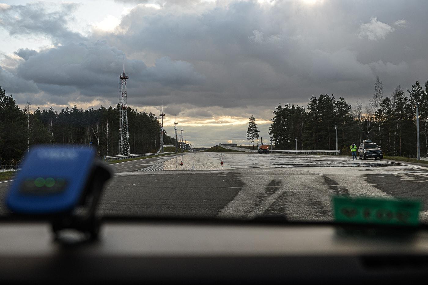 Onliner.by : Тормозной тест зимних шин на мокром базальте с 40 км час